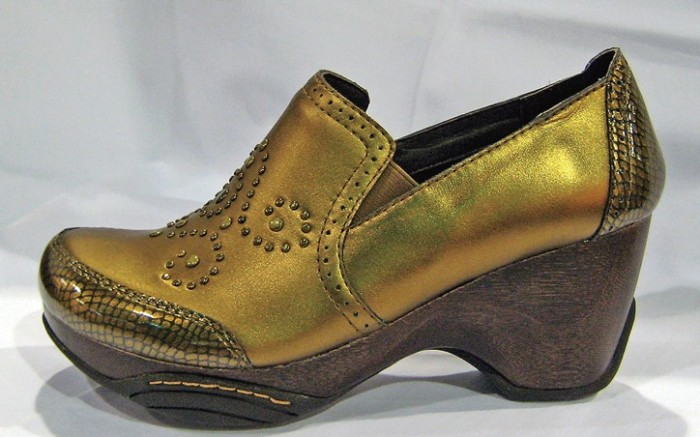Jambus carved-out wedge with studded upper