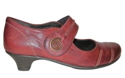 Low-heeled look with decorative stitching by Rieker