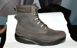MBT&#8217s oiled leather boot with brass speed lacing