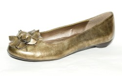 SOFT STYLE&#8217s gold flower-trimmed shoe