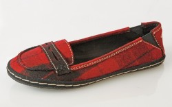 ROCKET DOG&#8217s penny loafer with white stitching