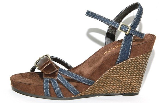 Aerosoles&#8217 leather- trimmed wedge with buckle detail