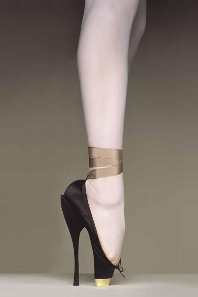 """V&A Museum exhibition: """"Shoes, Please & Pain"""""""