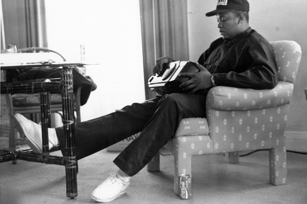 delicadeza Declaración Industrial  PHOTOS] Straight Outta Compton: NWA's Sneaker Style – Footwear News