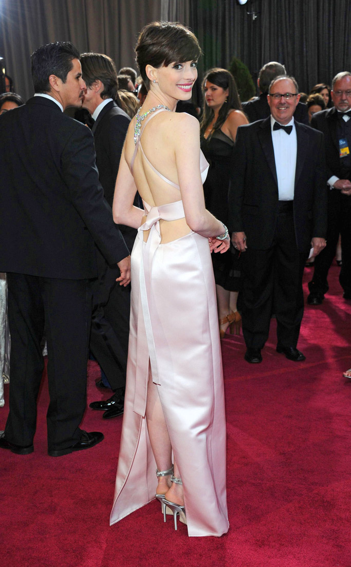 Anne Hathaway in Roger Vivier 2013 Oscars