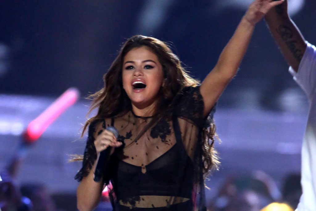 Selena Gomez Kicks Off Revival Tour In Louis Vuitton Boots Costumes Footwear News