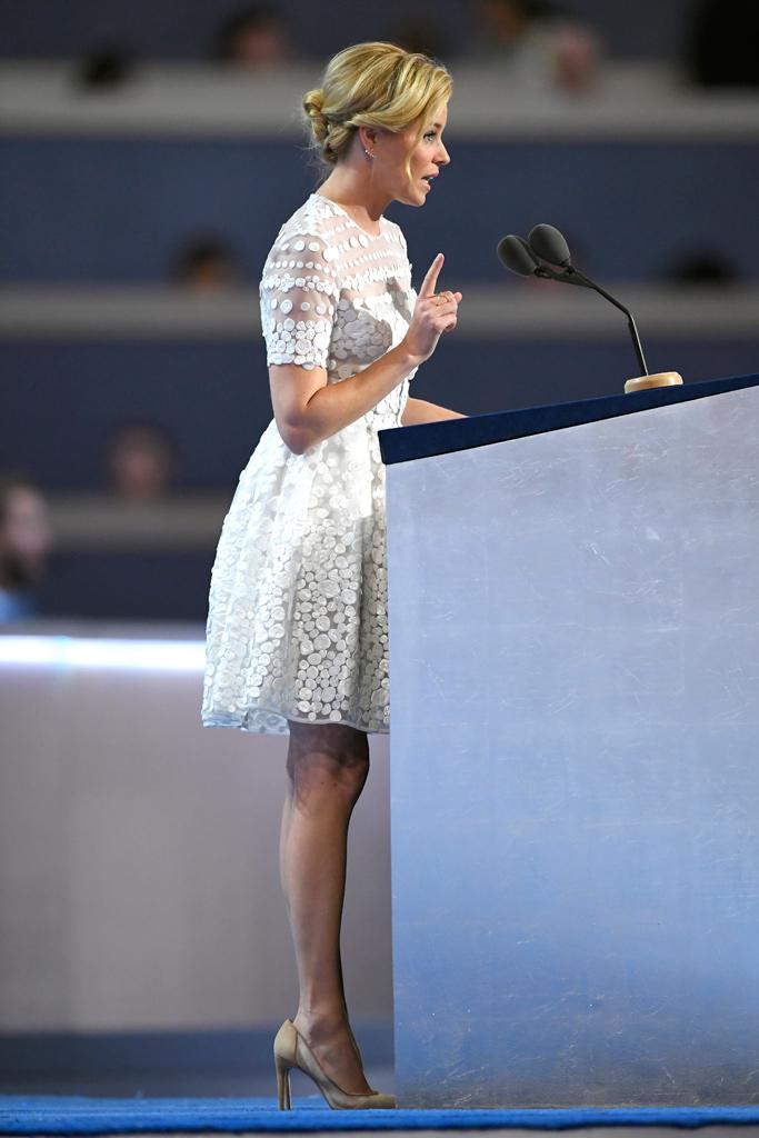 Elizabeth Banks DNC Bionda Castana Pumps