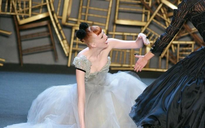 Karen Elson falling runway model zac posen