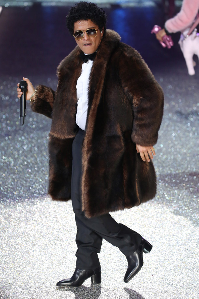 Bruno Mars VS Fashion Show
