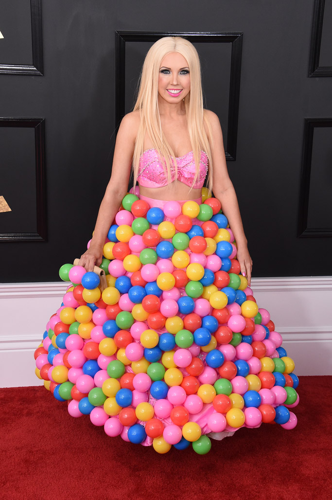 Girl Crush has on a pink bralette with a voluminous skirt decorated with multicolor balls at the 2017 Grammy Awards red carpet.