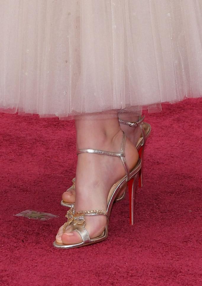 felicity jones oscars 2017 red carpet christian louboutin shoes