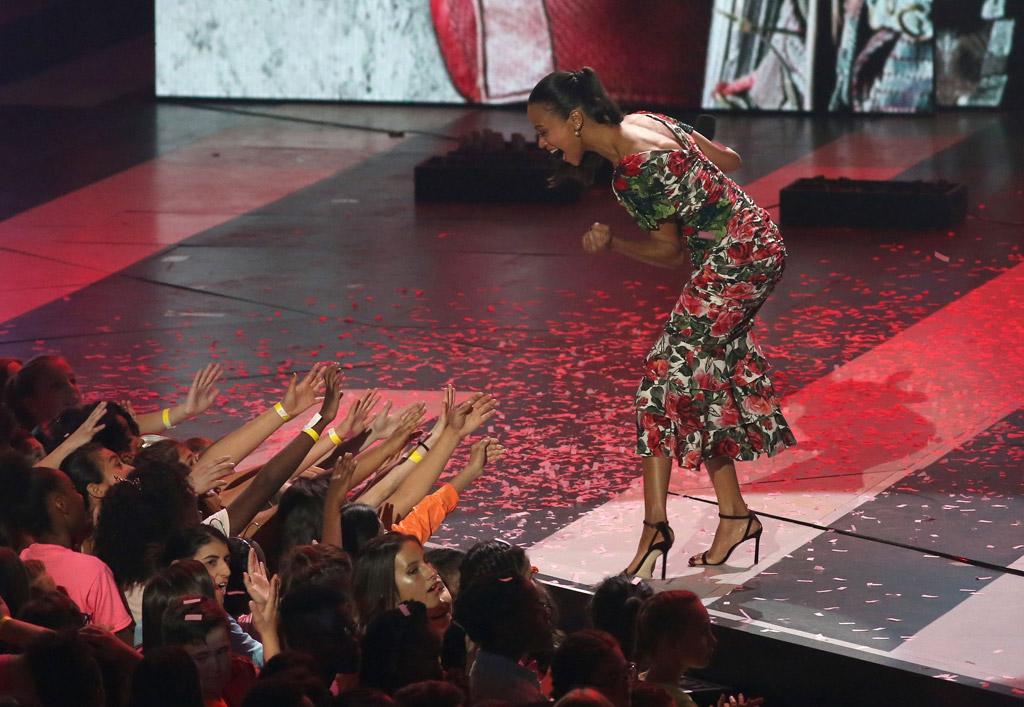 zoe saldana 2017 Nickelodeon Kids' Choice Awards stuart weitzman sandals