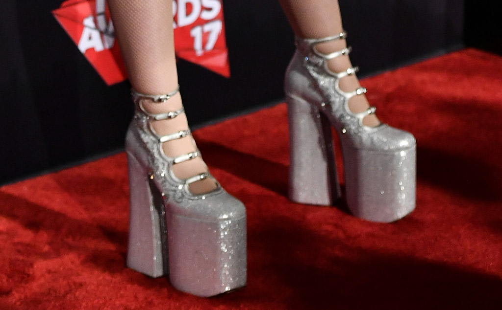 noah cyrus iheartradio music awards 2017 red carpet shoes