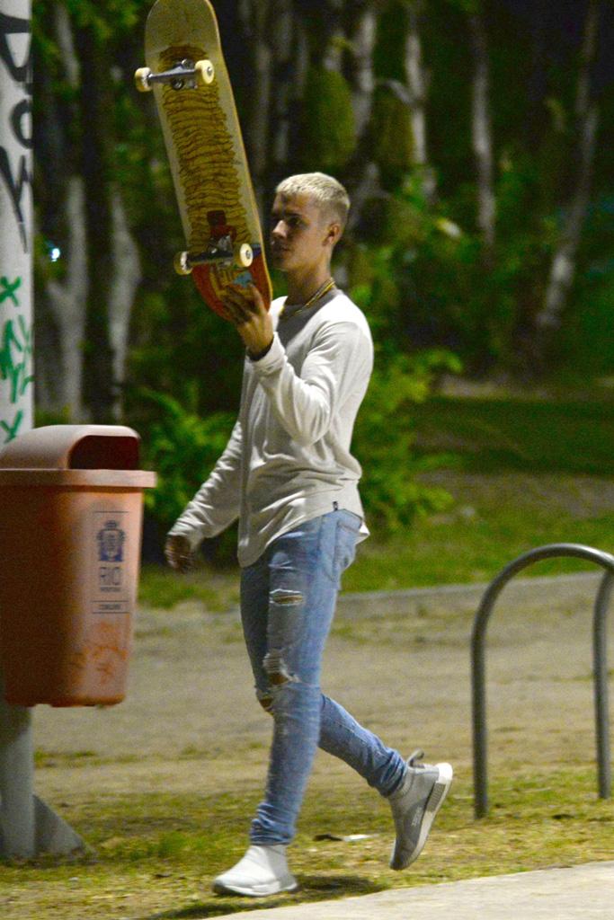 Justin Bieber goes night skateboarding in Rio de Janeiro, Brazil. Photos March 30,2017Pictured: Justin BieberRef: SPL1470982 300317 Picture by: Leo Marinho / Splash NewsSplash News and PicturesLos Angeles:310-821-2666New York:212-619-2666London:870-934-2666photodesk@splashnews.com