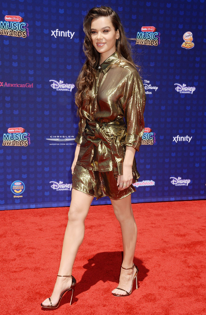 2017 radio disney music awards red carpet fashion outfits style shoes Hailee Steinfeld