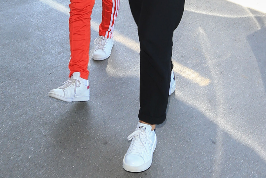 jessica alba style daughter white sneakers