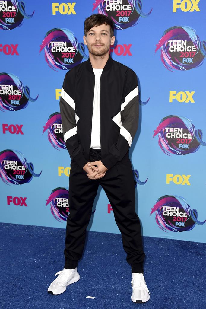 Louis Tomlinson, white sneaker, Teen Choice Awards, red carpet, fashion