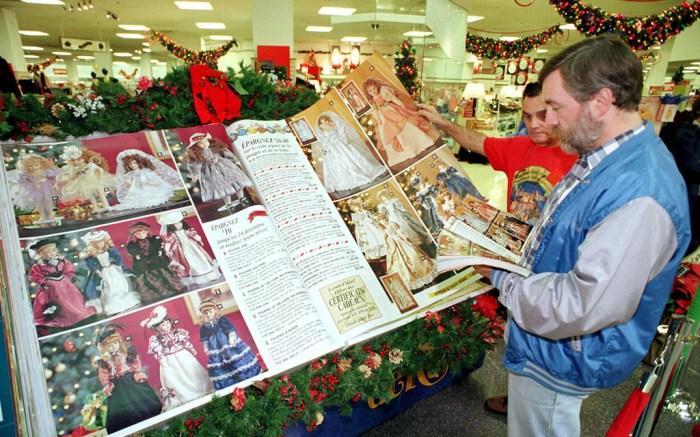 WORLD'S LARGEST CHRISTMAS CATALOGUETHE WORLD'S LARGEST CHRISTMAS CATALOGUE AT SEARS STORE IN MONTREAL, CANADA - 1997