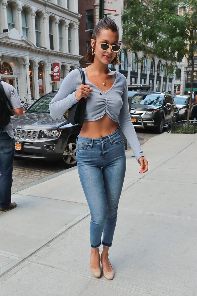 bella hadid, good american, mango, crop top, skinny jeans, pumps