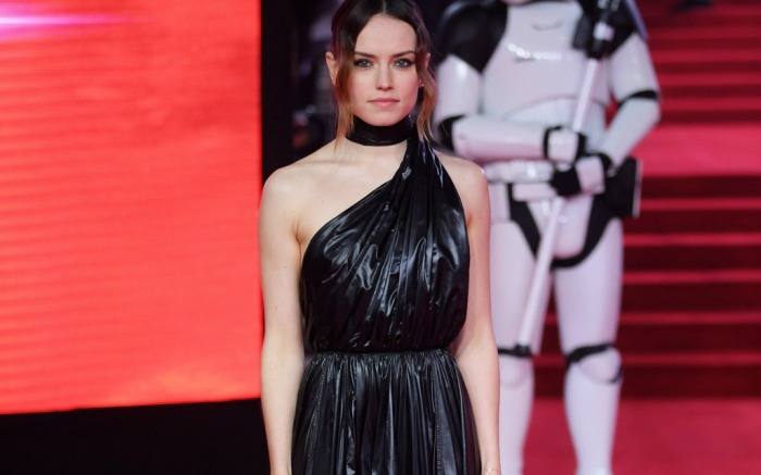 Daisy Ridley stole the red carpet with her chic look.