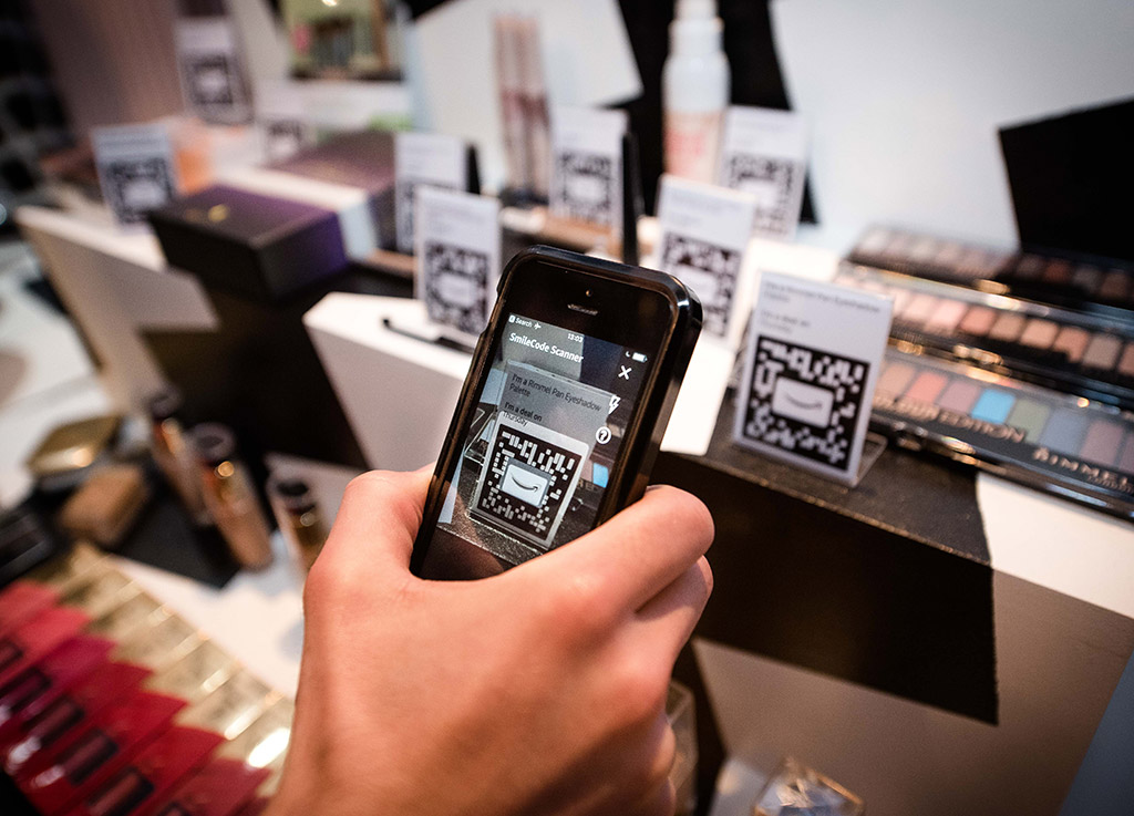 Amazon pop-up uses a phone app to create a user experience.