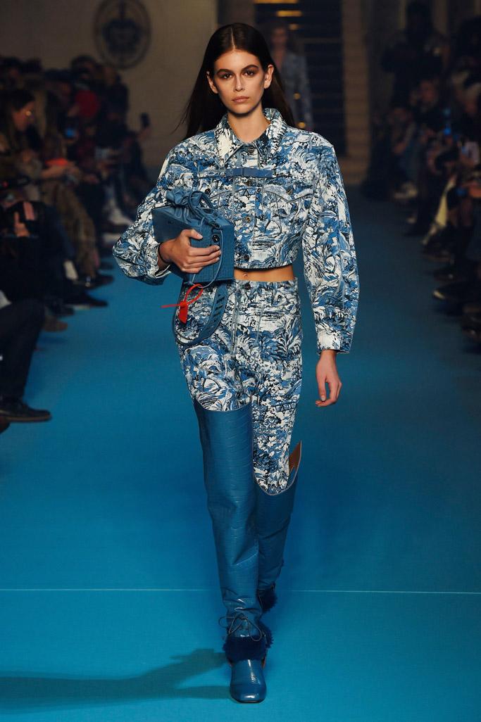 Kaia Gerber off-white fall 2018 paris fashion week runway