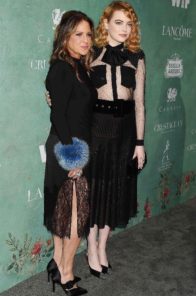 Cathy Schulman and Emma Stone, wif awards