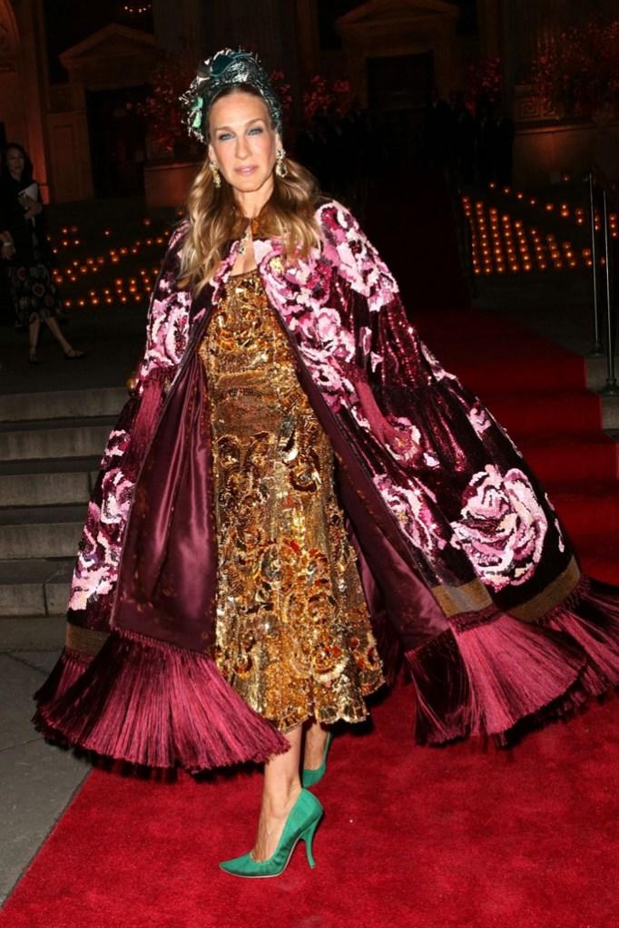 Sarah Jessica Parker, gold dress, cape, green pumps