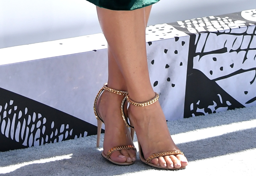 chainlink sandals, amber rose, 2018 bet awards red carpet