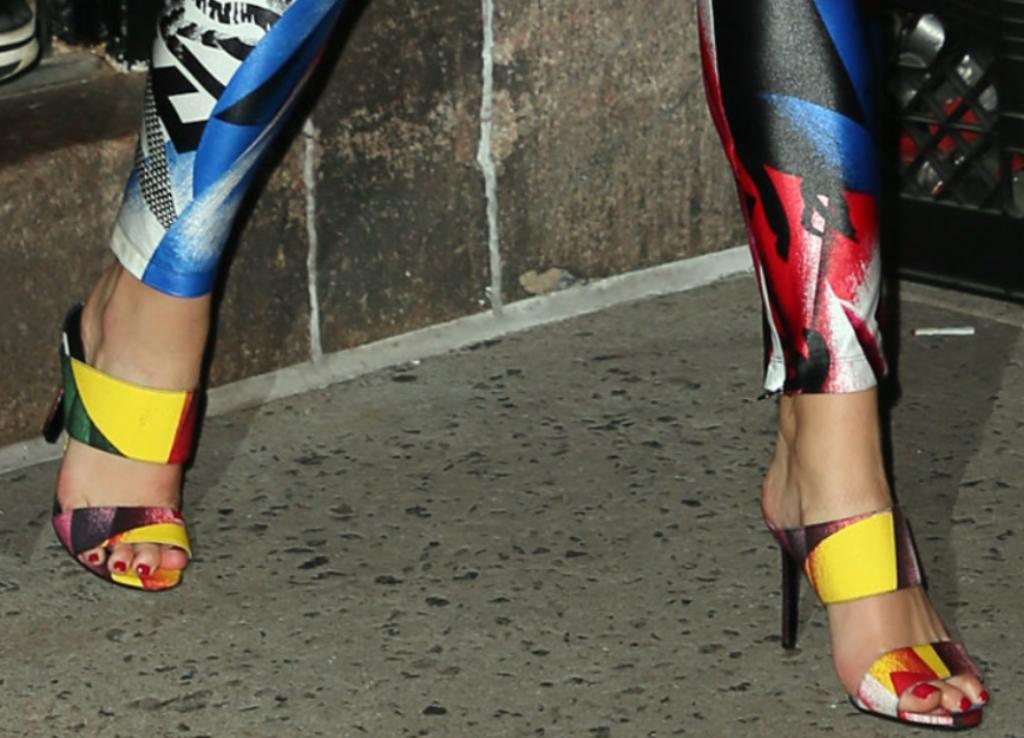 dua lipa, versace fall 2018, versace sandals, dua lipa feet, dua lipa versace sandals