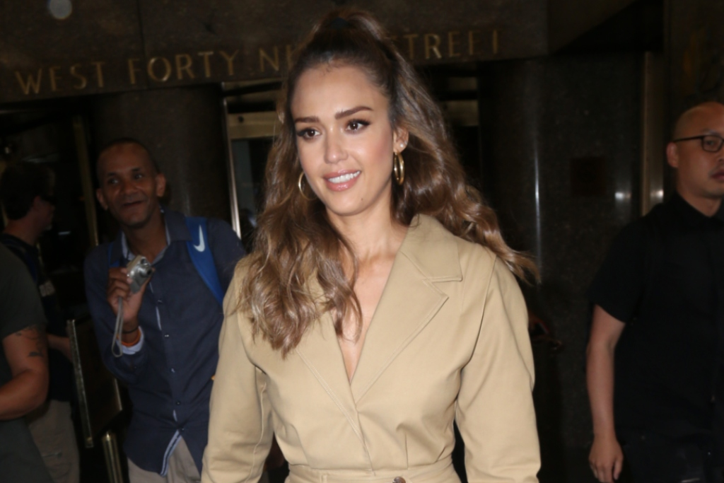 Jessica Albas Nude Jumpsuit Pops With Red-Hot Heels