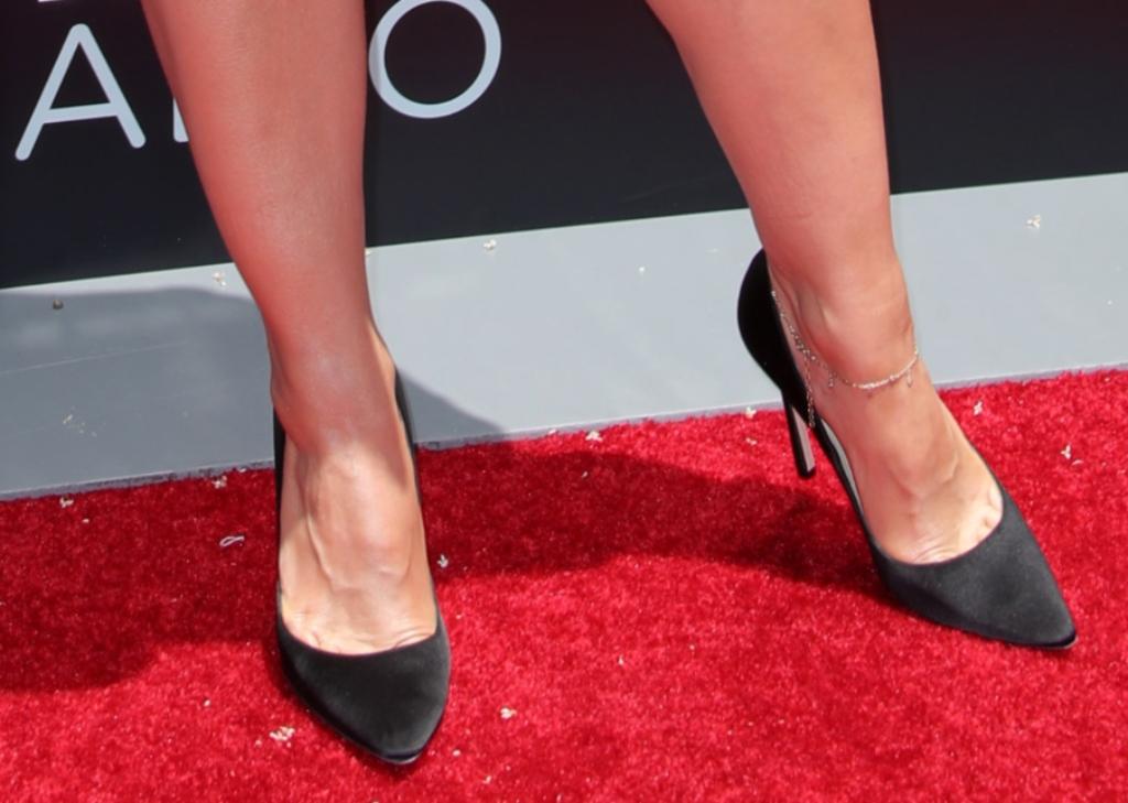 kristen bell, red carpet shoe style, jimmy choo pumps