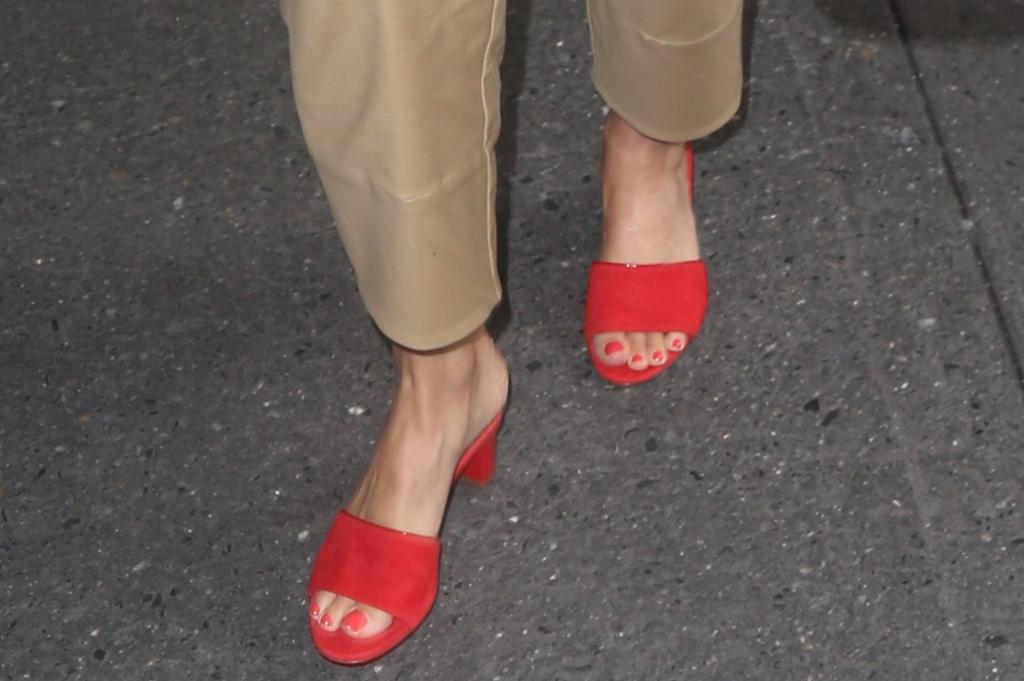 jessica alba street style, jessica alba shoes, jessica alba feet