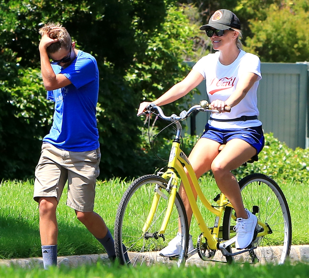 reese witherspoon, reese witherspoon son deacon, new balance
