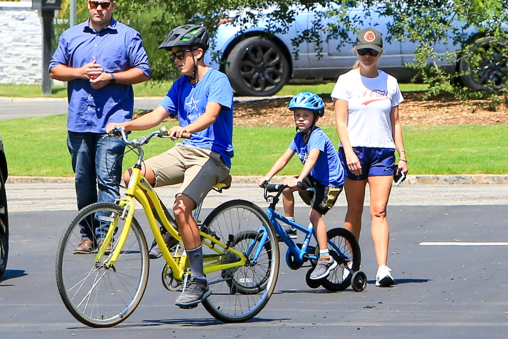 reese witherspoon, reese witherspoon sons, new balance