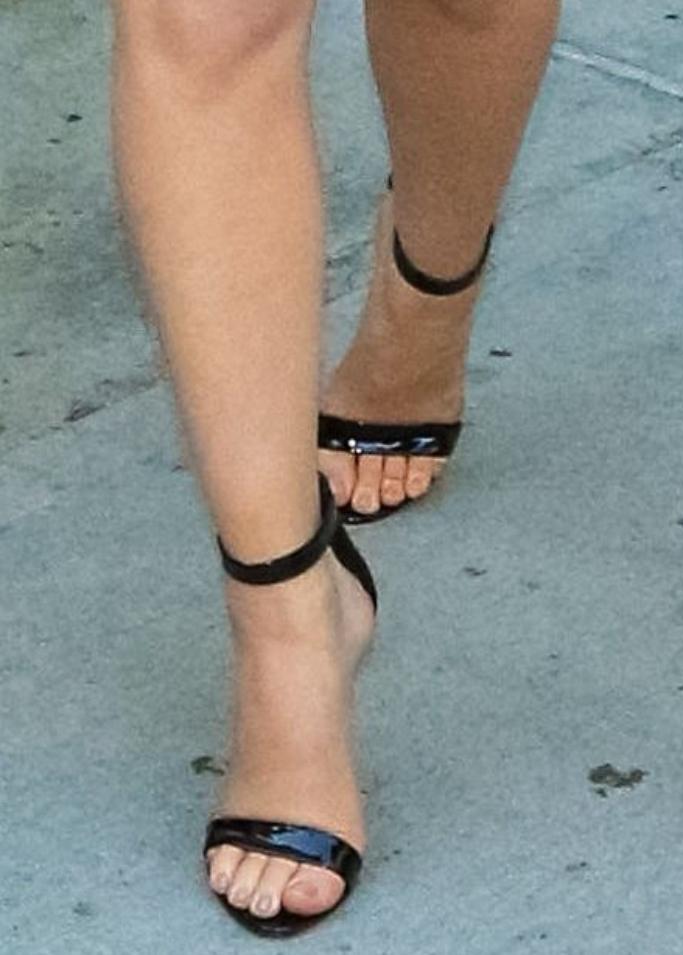 olivia munn, olivia munn feet, sandals, comic-con