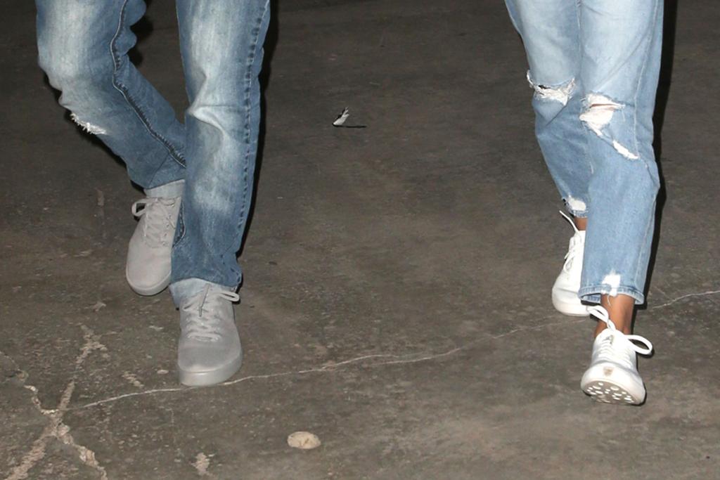 ashton kutcher, mila kunis, sneakers