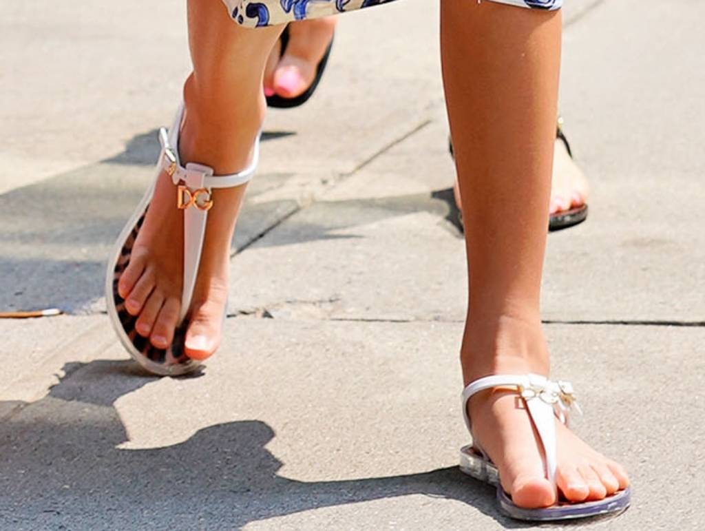 emme maribel muñiz, jennifer lopez daughter, dolce and gabbana thong logo sandals