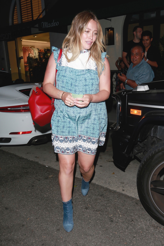 Hilary Duff, august 2018, pregnant, denim ankle boots