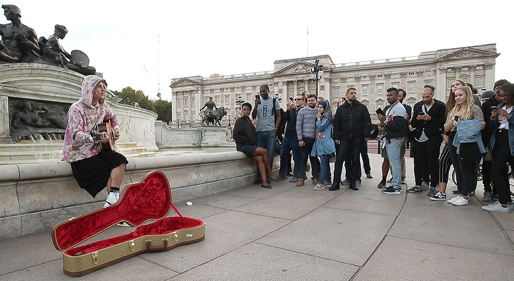 Justin Bieber is seen here busking & serenading Hayley Baldwin on the Queen Victoria Monumnent Outside Buckingham Palace in London.Pictured: Justin BieberRef: SPL5025524 190918 NON-EXCLUSIVEPicture by: WeirPhotos / SplashNews.comSplash News and PicturesLos Angeles: 310-821-2666New York: 212-619-2666London: 0207 644 7656Milan: +39 02 4399 8577Sydney: +61 02 9240 7700photodesk@splashnews.comWorld Rights