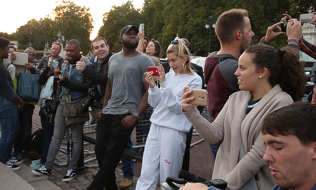 Justin Bieber is seen here busking & serenading Hayley Baldwin on the Queen Victoria Monumnent Outside Buckingham Palace in London.Pictured: Hayley BaldwinRef: SPL5025524 190918 NON-EXCLUSIVEPicture by: WeirPhotos / SplashNews.comSplash News and PicturesLos Angeles: 310-821-2666New York: 212-619-2666London: 0207 644 7656Milan: +39 02 4399 8577Sydney: +61 02 9240 7700photodesk@splashnews.comWorld Rights