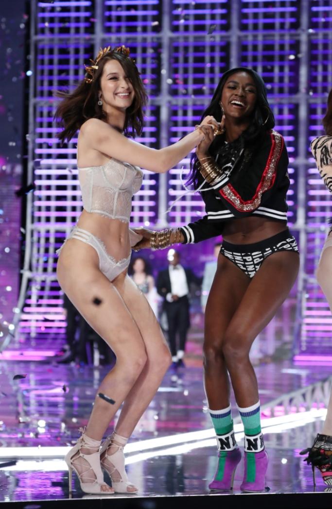 bella hadid, 2017 Victoria's Secret Fashion Show