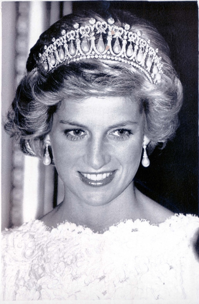 Princess Diana Princess Diana Of Wales- Visit Australia & Usa 10th November 1985 Princess Diana Wears The Spencer Tiara At The British Embassy Dinner In Washington....royal Visits
