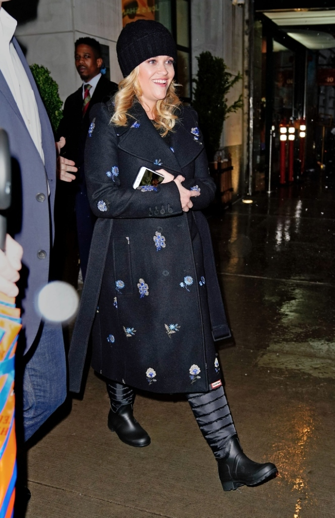 reese witherspoon, hunter rain boots