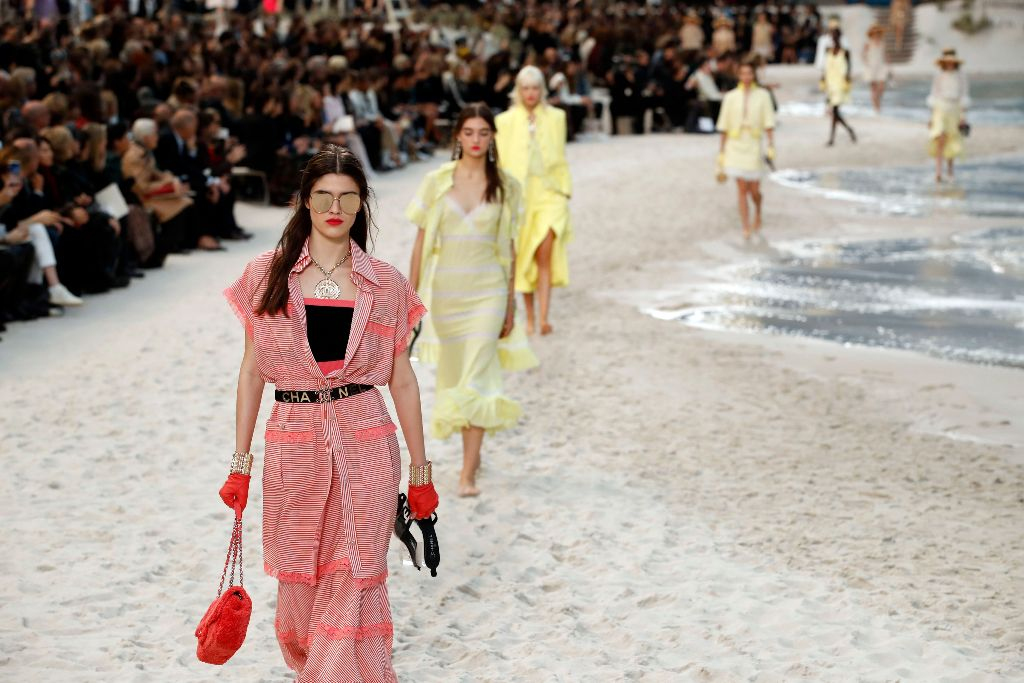 chanel spring 2019 beach pantone 2019 color of the year living coral