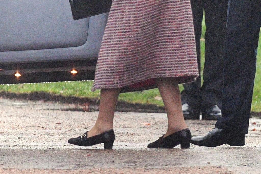 queen elizabeth, black heels