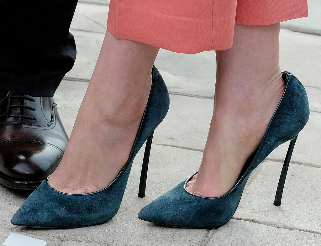 Anne Hathaway, serenity photocall, los angeles, high heels, casadei, celebrity shoe style