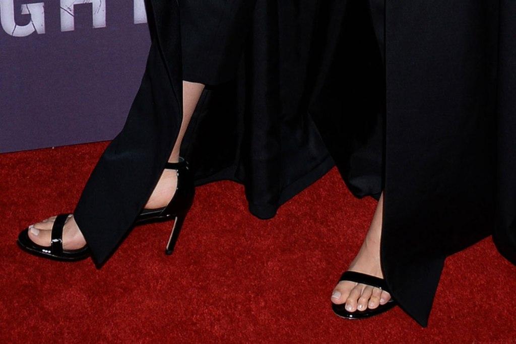 gal gadot, sandals, tv premiere, stuart weitzman, feet, celebrity shoe style