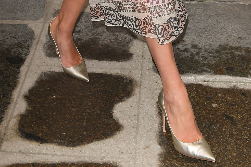 karlie kloss, gold pumps, street style, celebrity style