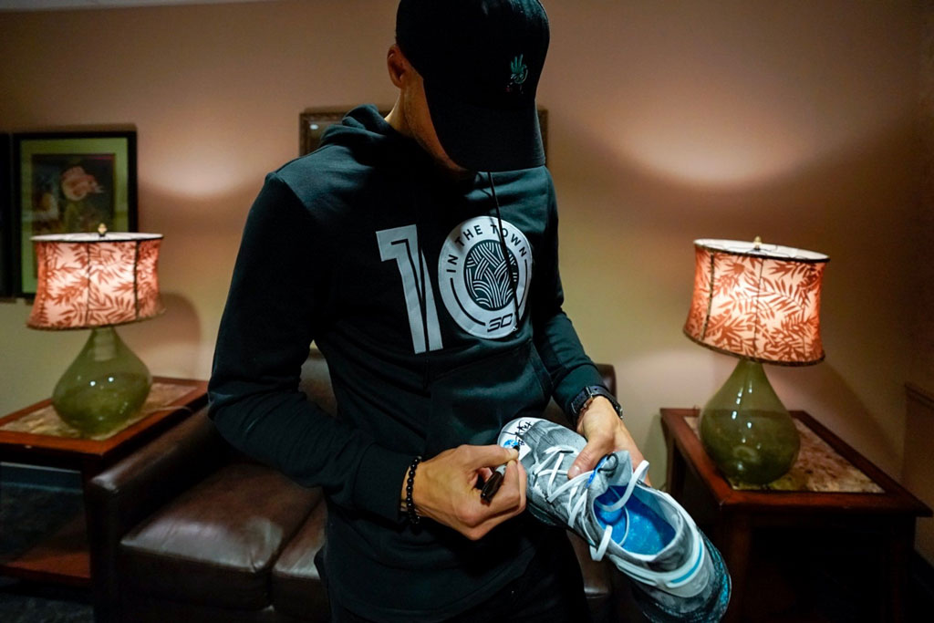 Stephen Curry signing the Curry 6